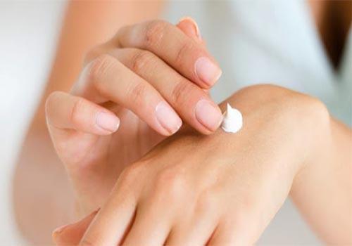 10 Cách trị khô da tay chân tại nhà hiệu quả nhất