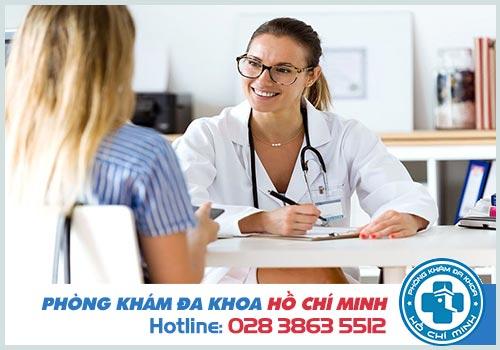Bác sĩ nữ khám bệnh trĩ tại TPHCM