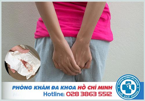 Triệu chứng của bệnh trĩ là đau rát và ra máu khi đi vệ sinh