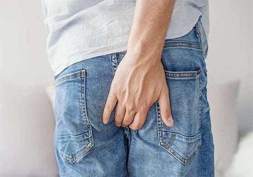 Hậu môn ẩm ướt và có mùi hôi là bệnh gì?