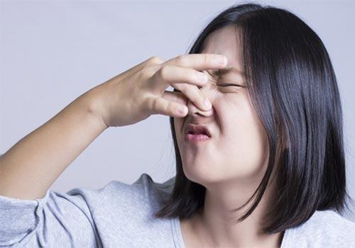 Nước tiểu có mùi hôi trứng thối có sao không?