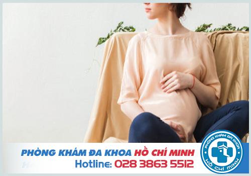 Ra khí hư màu hồng nhạt khi mang thai có sao không