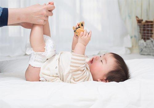 Trẻ sơ sinh bị nổi mẩn đỏ ở háng là bị gì? Cách chữa